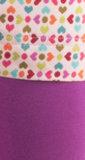 gekleurd motief van pijltjes en rondjes en roze