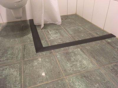 rubberen waterkering toegepast om water binnen de douchehoek te houden