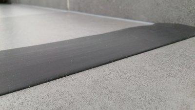 rubberen waterkering douche zwart perspectief aanzicht
